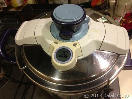 塩豚を圧力鍋で蒸す工程