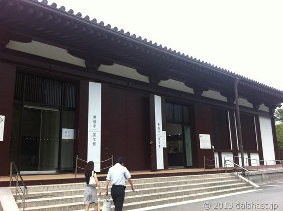 興福寺国宝館外
