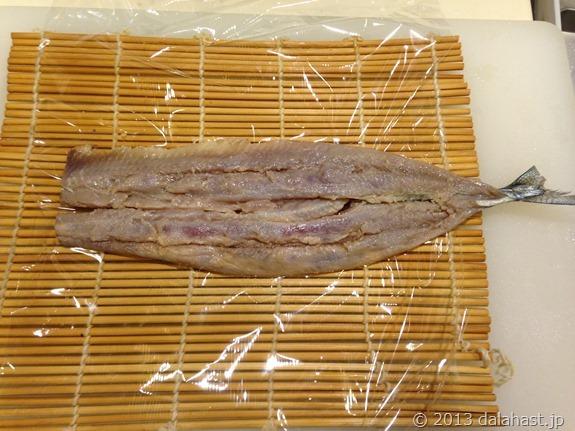 秋刀魚の棒寿司巻く前秋刀魚
