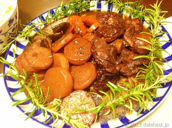 鶏もも肉の赤ワイン煮とチーズマカロニプレートが美味い