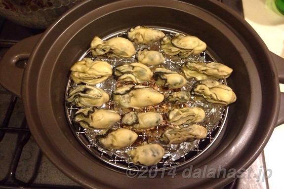 牡蠣の燻製並べる
