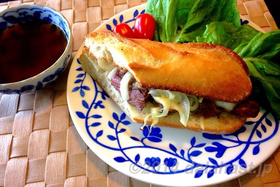 肉汁スープに浸して食べるフレンチディップサンドイッチの作り方