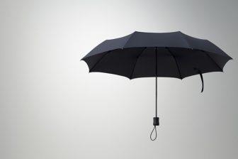 【オススメ】ユニクロの回転する折り畳み傘は暴風雨にも負けないコンパクトアンブレラ