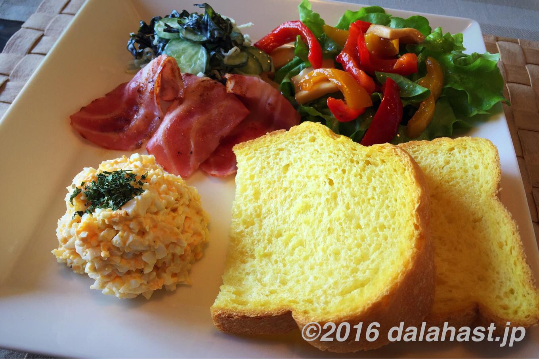 サフランの風味が食欲をそそる、サフランパンとチャービル入り刻み卵の朝食プレート
