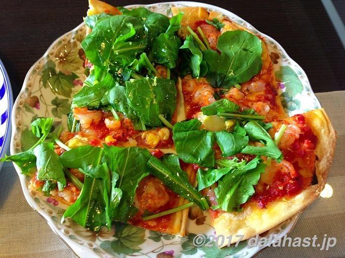 エビトマトルッコラのピザ