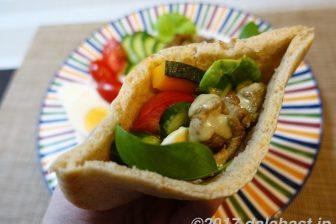 【レシピ】 夏野菜と牛肉のピタパン スムージードレッシングで朝カフェ風ワンプレートメニュー