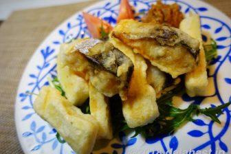 【時短レシピ】塩サバと高野豆腐のピーナッツだれ 保存食でつくるボリューム満点の揚げ物