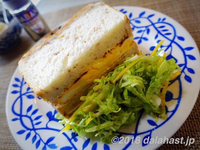 卵サンドとキャラウェイ風味のコールスロー