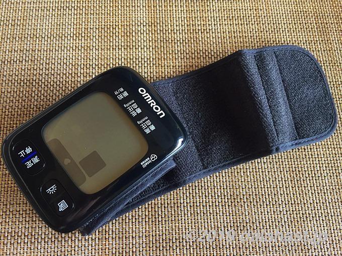 オムロンの手首式血圧計の薄型カフ