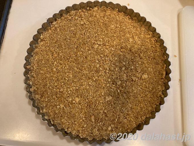 タルト生地にクッキー敷き詰め