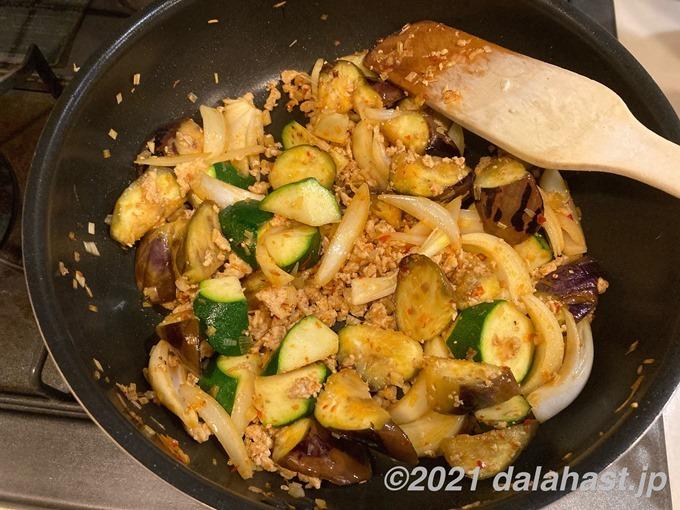 鶏ひき肉の麻婆茄子_野菜炒める